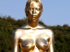 金粉を全裸で目の中まで塗る