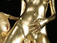金粉を塗られ拳をマンコに突っ込まれる